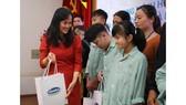 Bà Nguyễn Minh Tâm, Giám đốc chi nhánh Hà Nội của Vinamilk trao quà cho các bệnh nhi đang được chữa trị tại bệnh viện.