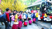 """Những """"Chuyến xe mùa xuân"""" đưa hơn 2.500 sinh viên khó khăn rời TPHCM về quê đón tết. Ảnh: DŨNG PHƯƠNG"""