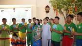 Ông Nguyễn Thuận, Chủ tịch HĐQT và bà Đặng Thị Kim Oanh, Tổng giám đốc Kim Oanh Real bên cạnh đội múa Lân sư rồng trong ngày khai trương đầu năm