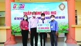 """Công ty TNHH MTV Xổ số kiến thiết Đồng Tháp trao học bổng """"Thắp sáng ước mơ"""" tại huyện Thanh Bình"""