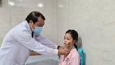 Bác sĩ Nguyễn Thành Tâm, Giám đốc Bệnh viện Sài Gòn ITO  kiểm tra sức khỏe cho 1 em học sinh Trường THCS Bạch Đằng trước khi xuất viện