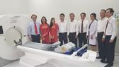 Các đại biểu tham quan máy CTscan thế hệ mới được Bệnh viện Quận 9 đầu tư từ nguồn vay kích cầu của TP