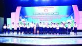 Bà Nguyễn Thu Thủy (Phó Giám đốc đối ngoại Công ty Vedan Việt Nam) trao học bổng cho các em học sinh khuyết tật vượt khó đến trường - tỉnh Đồng Nai
