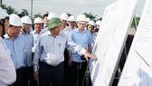 Thủ tướng Nguyễn Xuân Phúc đi kiểm tra thực tế dự án xây dựng sân bay Long Thành