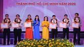 Phó Bí thư Thành ủy, Chủ tịch HĐND TPHCM Nguyễn Thị Lệ  trao bằng khen các cá nhân được tuyên dương nhà giáo trẻ tiêu biểu. Ảnh: HOÀNG HÙNG