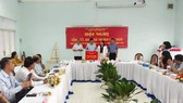 Trưởng Ban Tuyên giáo Quận ủy Quận 9 Nguyễn Chiến Chinh nhận Cờ luân lưu cụm trưởng Cụm thi đua III - Ban Tuyên giáo Thành ủy năm 2021. Ảnh: hcmcpv