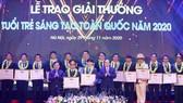 Chủ tịch Ủy ban Trung ương MTTQ Việt Nam Trần Thanh Mẫn (bên phải) và Bí thư thứ nhất Trung ương Đoàn, Chủ tịch Hội LHTN Việt Nam Nguyễn Anh Tuấn (bên trái) trao Bằng khen tặng các tác giả và nhóm tác giả tại buổi lễ. Ảnh: TTXVN