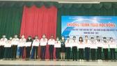 Bà Nguyễn Thu Thủy (Phó giám đốc Đối ngoại) đại diện Công ty CPHH Vedan Việt Nam,  trao học bổng cho các em