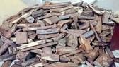 Xe khách chở gần 1 tấn gỗ trắc không rõ nguồn gốc