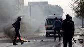 Cảnh sát Tunisia được triển khai để ngăn chặn những người biểu tình quá khích tại thành phố Kasserine ngày 25-12-2018. Ảnh: AFP/TTXVN
