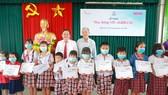 Tặng học bổng cho 100 học sinh tại Long An