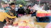 Khách mua đồ vía Thần Tài trưa 20-2 tại chợ Thiếc (quận 11, TPHCM). Ảnh: THI HỒNG