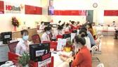 Khách hàng giao dịch tại HDBank