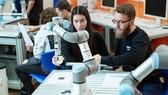 Một cobot đang hỗ trợ các sinh viên học tập