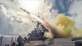 Tên lửa Harpoon được phóng từ tàu khu trục USS Fitzgerald của Mỹ trong cuộc tập trận bắn đạn thật trên biển gần Guam. Ảnh: AFP/TTXVN