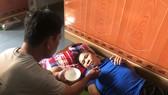 Vợ liệt giường, con trai khuyết tật