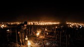 Nông dân thắp nến chống sương giá tại vườn nho ở gần Chablis, Burgundy, Pháp ngày 7-4-2021. Ảnh: TTXVN
