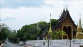 Cảnh vắng vẻ trên đường phố trong thời gian phong tỏa phòng dịch COVID-19 tại Luang Prabang, Lào, ngày 27-4. Ảnh: THX/ TTXVN