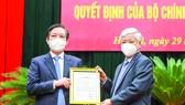 Chủ tịch Ủy ban Trung ương MTTQ Việt Nam Đỗ Văn Chiến (phải) trao quyết định cho đồng chí Lương Quốc Đoàn. Ảnh: TTXVN