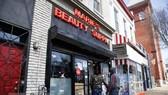 Khách hàng tới mua sắm ở một cửa hàng tại Washington DC., Mỹ ngày 2-4-2021. Ảnh: THX