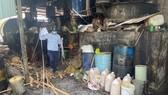 Lực lượng chức năng kiểm tra tại cơ sở sản xuất mỡ bò của bà Diệp. Ảnh: Báo Đồng Nai