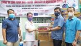 Đoàn công tác trao tặng nhu yếu phẩm cho lực lượng y tế Bệnh viện Phạm Ngọc Thạch