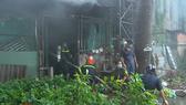 Lực lượng PCCC Công an huyện Thống Nhất cùng người dân chữa cháy