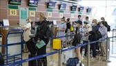 Hành khách đeo khẩu trang phòng bệnh Covid-19 khi làm thủ tục tại sân bay quốc tế Sheremetyevo ở Moskva, Nga, ngày 1-8-2020. Ảnh: THX/TTXVN