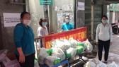 Đi chợ giúp dân