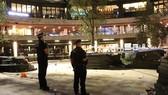 Cảnh sát phong tỏa hiện trường vụ đâm dao ở khu vực Broadgate Circle, London (Anh) ngày 17-7-2020. Ảnh: UKNIP/TTXVN