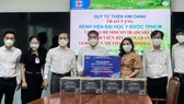 Đại diện Tập đoàn Kim Oanh trao thuốc điều trị Covid-19 cho Bệnh viện Đại học Y Dược TPHCM