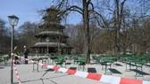 Một nhà hàng bia ngoài trời tại Munich, Đức đóng cửa do ảnh hưởng của dịch bệnh Covid-19. Ảnh: REUTERS