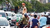 Cảnh sát giao thông TP luôn có mặt ở các khu vực có phương tiện lưu thông đông để điều tiết giao thông, ngăn chặn ùn tắc kéo dài xảy ra. Ảnh: TUẤN VŨ