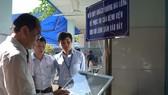 PGS.TS Tăng Chí Thượng, Phó Giám đốc Sở Y tế kiểm tra lắp đặt ki-ốt khảo sát mức độ không hài lòng của người bệnh tại BV Nhi Đồng 1  Ảnh: THÀNH SƠN