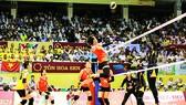 Trận thua  bất ngờ trước Indonesia (phải) là hồi chuông cảnh tỉnh cho bóng chuyền nữ Việt Nam ở SEA Games sắp tới. Ảnh:  HÀ HƯNG