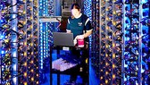 Nhân viên kỹ thuật làm việc tại một cơ sở chuyên cung cấp  dịch vụ khai thác tiền ảo đám mây dựa trên phần cứng