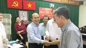 Chủ tịch UBND quận 9 Trần Văn Bảy (thứ 2 từ trái qua)  tại một buổi tiếp công dân