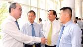 Bí thư Thành ủy TPHCM Nguyễn Thiện Nhân trao đổi cùng các đại biểu tại Hội nghị Thành ủy                . Ảnh: VIỆT DŨNG