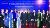 Thủ tướng Nguyễn Xuân Phúc gặp doanh nhân Việt kiều và doanh nghiệp vùng Đông Bắc Thái Lan tại tỉnh Nakhon Panom