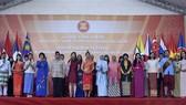 Ngày 26-8/2017, tại Hà Nội, Bộ Ngoại giao phối hợp với Nhóm Phụ nữ ASEAN tại Hà Nội (AWCH) tổ chức Lễ hội Vàng ASEAN. Các đại biểu chụp hình lưu niện. Ảnh: TTXVN