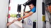 Tài xế dùng tiền lẻ trả phí qua Trạm BOT tuyến tránh TP Biên Hòa (Đồng Nai) ngày 9-9. Ảnh: QUANG MINH