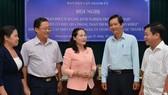 Trưởng ban Dân vận Thành ủy TPHCM Nguyễn Thị Lệ  trao đổi cùng các đại biểu tại hội nghị . Ảnh: VIỆT DŨNG