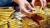 Vàng thế giới lao dốc, vàng trong nước ở mức cao