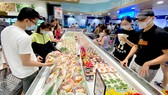 Người dân mua sắm tại một siêu thị ở TPHCM Ảnh: CAO THĂNG