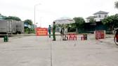Lực lượng chức năng lập chốt kiểm soát ngăn chặn nguy cơ dịch từ vòng ngoài tại xã Tượng Sơn, huyện Thạch Hà, tỉnh Hà Tĩnh