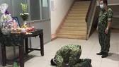 Không được về nhà nhìn mẹ lần cuối, một chiến sĩ bái vọng mẹ trong khu cách ly