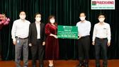 Bà Lưu Thị Thanh Mẫu trao biển tượng trưng trang thiết bị y tế phục vụ phòng chống dịch trị giá  20 tỷ đồng cho Chủ tịch UBND TPHCM Phan Văn Mãi.