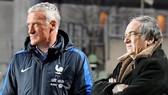 HLV Didier Deschamps (trái) vẫn đam mê với công tác huấn luyện. Ảnh: Getty Images.