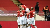Các cầu thủ Monaco ăn mừng chiến thắng dù bị dẫn bàn và thua người.