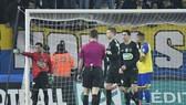 Hậu vệ người Brazil Daniel Alves (trái) làm nhiệm vụ gác đền cho PSG. Ảnh: Getty Images.